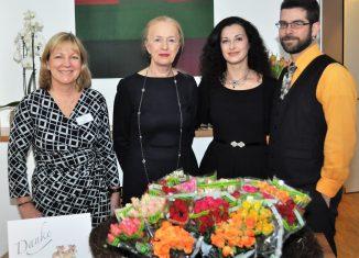 Petra Gottsand und Erika Borek (von links) begrüßten 60 Frauen zum Empfang im Hospiz am Hohen Tore. Svetlana Kundish (3.v.l.), Kantorin der Jüdischen Gemeinde Braunschweig, und Patrick Farrell, der sie auf dem Akkordeon begleitete, sorgten für die musikalische Untermalung. Foto: Der Löwe