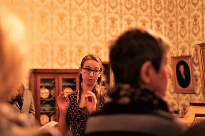 Wusste eine Menge Pikantes zu berichten: Schlossmuseum-Führerin Maren Schaefer. Foto: Meike Buck