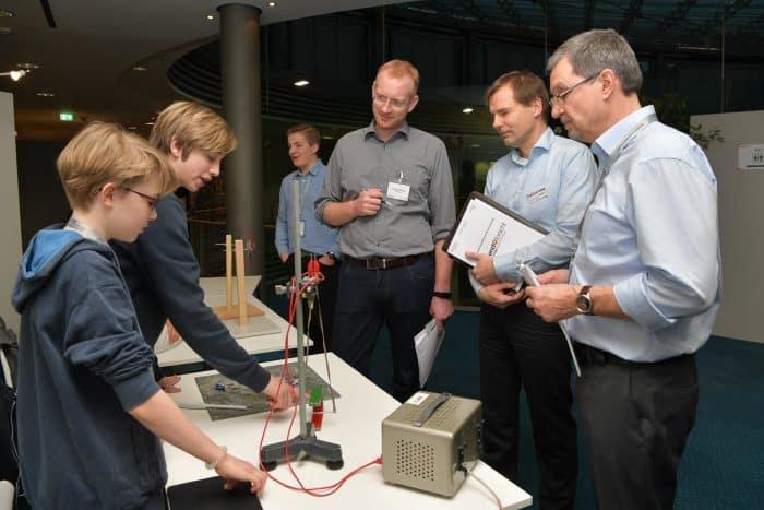 Nino Angermann und Pascal Dorsetwitz erklären der Jury ihren Versuchsaufbau. Foto: Die Braunschweigische Stiftung / Andreas Greiner-Napp