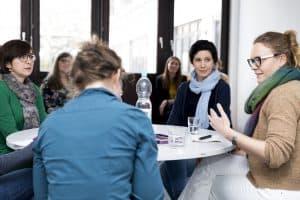 Sozialdezernentin Christine Arbogast (links) und die Projektkoordinatorin Sahra Nell (Mitte) vom Bildungsbüro informieren über die Schulbildungsberatung. Foto: Stadt Braunschweig, Daniela Nielsen