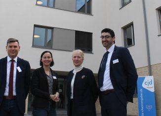 Dirk Gähle, Petra Kantenwein, Erika Borek und Kirk Chamberlain vor dem neuen CJD-Wohnbereich. Foto: Der Löwe