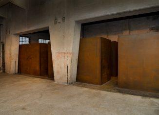 Sechs Stahlkuben beheimaten die Dauerausstellung der Gedenkstätte KZ Drütte in Salzgitter. Foto: Stiftung Braunschweigischer Kulturbesitz / Andreas Greiner-Napp