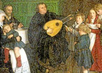 """Gustav Adolf Spangenberg, ca. 1866: """"Luther im Kreise seiner Familie musizierend"""", links am Tisch Philipp Melanchthon. Luther spielte Laute, aber die dargestellte Laute ist zu modern. Foto: Museum der bildenden Künste Leipzig / Reformationsbuch Landeskirche"""