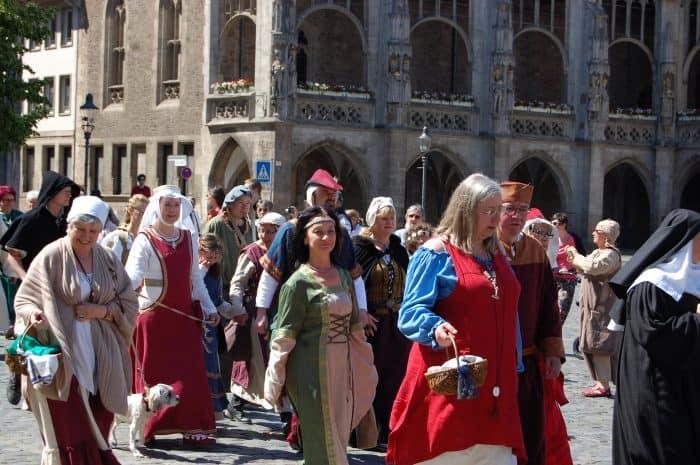 Mittelalterlicher Umzug vom Altstadtmarkt zum Magnikirchplatz. Fotos: Cornelius vom Hofe