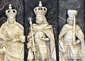 Die Figuren von Kaiser Lothar III., seiner Ehefrau Richenza und ihrem Schwiegersohn, Herzog Heinrich der Stolze, im Kaiserdom in Königslutter. Foto: SBK/Andreas Greiner-Napp