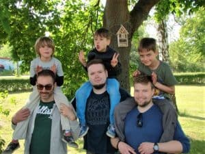 Kinder des Kinder- und Jugendzentrums Querum und Mitglieder des Rotaract Clubs Braunschweig-Wolfsburg brachten in Riddagshausen sechs neue Bienenhotels an. Foto: Der Löwe