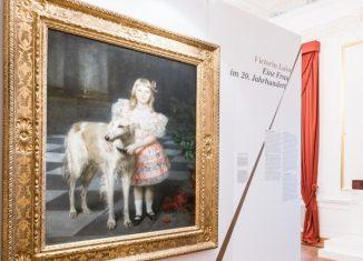 """Das Gemälde von Victoria Luise mit Hund ersteigerte die Richard Borek Stiftung während der Welfen-Auktion 2005. Hier als Exponat der Ausstellung """"Victoria Luise – ein Leben, zwei Welten"""". Foto: Schlossmuseum"""