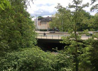 Ein bisschen zu groß geraten: Die Kurt-Schumacher-Straße und ihre Brücke über die Oker. Foto: Der Löwe