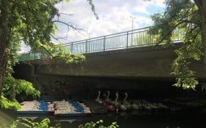 Die Brücke besteht aus Beton, das Geländer wurde 2001 erneuert. Am Fuß der Brücke hat sich eine Floßstation angesiedelt. Foto: Der Löwe
