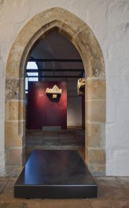 Fragmente des Kreuzgangs: romanische Rundbogenfenster und Konsolsteine aus der Zeit um 1225. Foto: privat