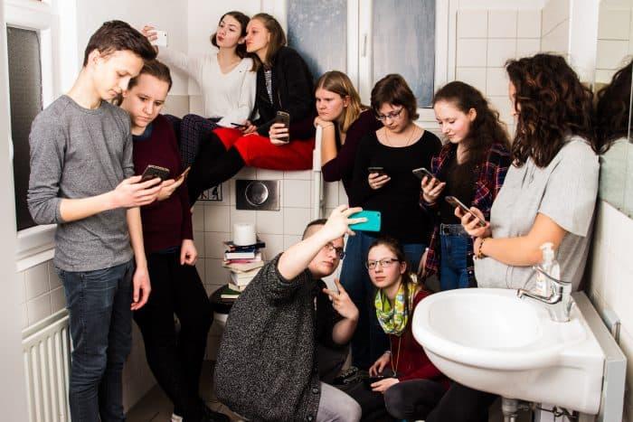 """Szene aus dem Stück """"Influencer"""". Foto: LOT/Faktotum"""