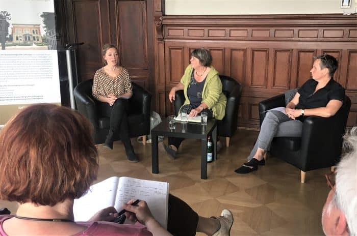 Miriam Paul (Figurentheater Fadenschein), Moderatorin Elke Flake und Stefani Theis vom LOT-Theater (v.l.) sprachen über Zukunfts- und Machbarkeitsstudien der beiden Häuser. Foto: Der Löwe
