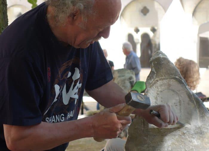 Bildhauer Hans Reijnders bei der Arbeit. Foto: Kaiserdom