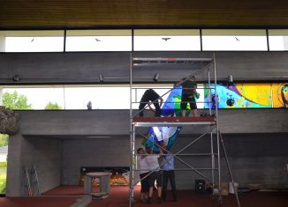 Die fünf bunten Fenster des neuen Lichtbands werden eingebaut. Foto: Kirchengemeinde Schapen