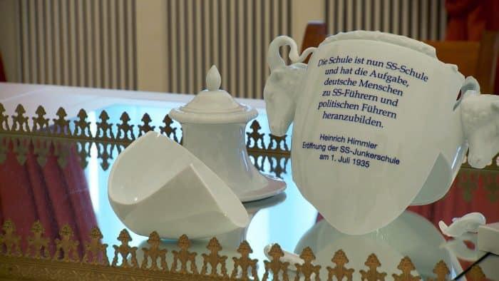 Eine zerbrochene Vase steht in der Dauerausstellung als Symbol für die Zeit des Schlosses als SS-Junkrerschule. Foto: der Löwe / Knut Bussian