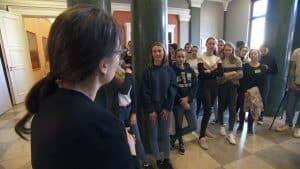 Svenja Schmidt (vorne links), die ihr Freiwilliges Soziales Jahr Kultur im Schlossmuseum absolviert, leitete den Workshop gemeinsam mit Museumsleiterin Dr. Ulrike Sbresny. Foto: der Löwe / Knut Bussian