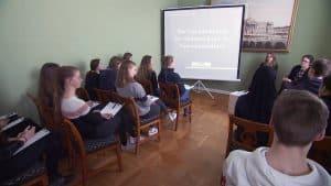 Museumsleiterin Dr. Ulrike Sbresny begrüßt Schülerinnen und Schüler der Ricarda-Huch-Schule zum Workshop. Foto: der Löwe / Knut Bussian