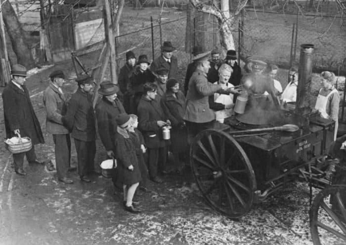 Armenspeisung im Berlin der Weimarer Republik. Foto: Bundesarchiv, Bild 183-T0706-501 / CC-BY-SA 3.0