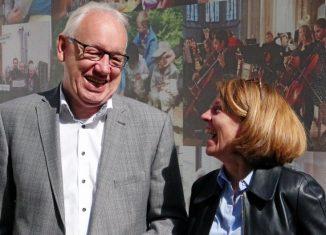 Hans-Herbert Jagla, Vostandsvorsitzender der Bürgerstiftung Braunschweig, und Vorstandsmitglied Andrea Reinhart freuen sich über die Auszeichnung der Stiftenden. Foto: Katharina Lohse