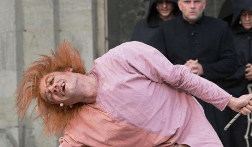 """Szene aus """"Der Glöckner von Nore Dame"""". Foto: Gandersheimer Domfestspiele"""