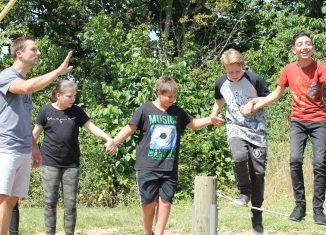 Sportlehrer Stephan Neugebauer (links) mit Schülerinnen und Schülern der Grund- und Hauptschule Rüningen im Seilgarten Salzgitter. Foto: Der Löwe