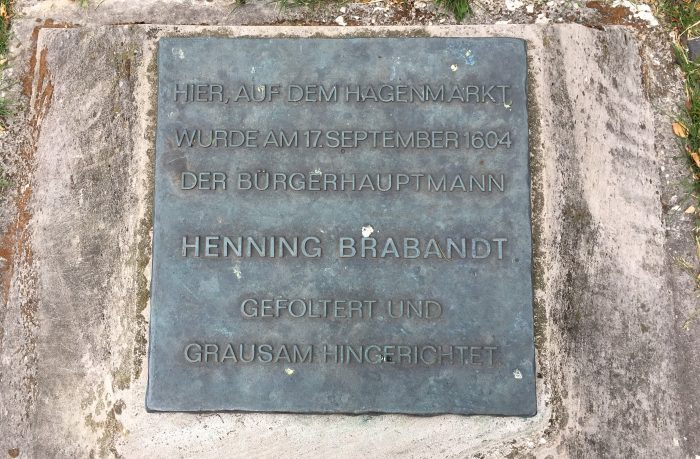 Diese Platte am Hagenmarkt erinnert an Henning Brabandt und seine bestialische Hinrichtung. Foto: Der Löwe