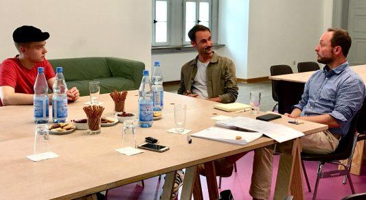 Die Stipendiaten Steve Luxembourg und Christian Schiebe mit Marcus Körber von der Städtischen Galerie Wolfsburg. Foto: Die Braunschweigische Stiftung