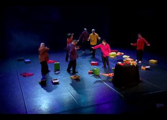 """Im Zentrum der zwei Wochen steht das neue Stück der Theatergruppe """"Endlich"""" der Evangelischen Stiftung Neuerkerode. Es heißt """"Darf man lachen???"""". Wir haben die Generalprobe besucht und ein Video darüber produziert."""