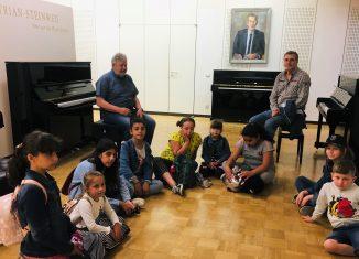 """Die Gruppe """"Das musikalische Bächlein"""" mit Leiter Johannes Rohr (rechts) und Betreuer Roland Heisel beim Besuch der Klavierfabrik Grotrian-Steinweg. Foto: Heidberg Aktiv"""