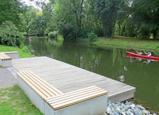 Das ist der neue Holzsteg an der Oker, der an alte Flussbadeanstalten erinnern soll. Foto: Norbert Jonscher