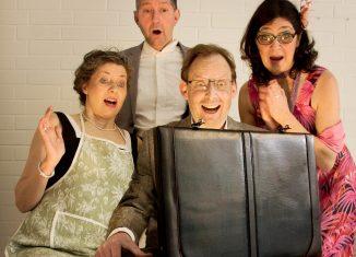 Manfred Perking (Frank Hörning) und seine Frau Uschi (Cornelia Hörning) mit Betti (Ute Meiborg) und Vik (Christian Böttrich) öffnen den Koffer mit den drei Millionen Euro. Foto: Cortez MusikTheater