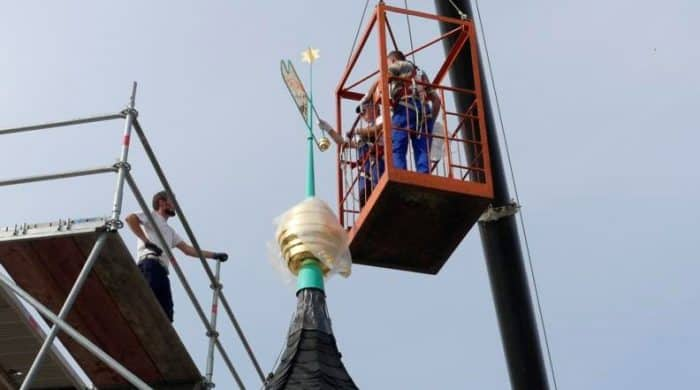 Wetterfahne und Kugel der Kirche Üplingen wurden restauriert und neu vergoldet. Foto: Staatliches Baumanagement Braunschweig