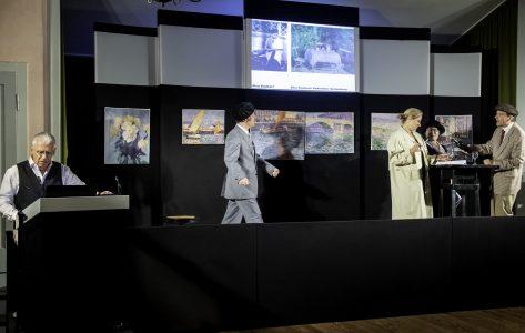 """Szene aus dem Stück """"Galka Scheyers Fotoalbum"""". Links Gilbert Holzgang als Berichterstatter. Foto: Klaus. G. Kohn"""