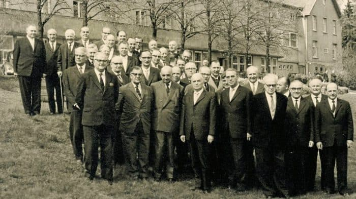 Gruppenfoto ohne Frauen. Mitglieder der Landessynode 1962 vor dem Tagungszentrum Hessenkopf (Goslar). Foto: Archiv Dietrich Kuessner