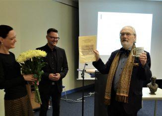 Gerd Biegel (rechts) wurde als Präsident wiedergewählt und für 25 Jahre ehrenamtlichen Vorsitz der Internationalen Raabe-Gesellschaft von Madleen Podewski und Andreas Blödorn geehrt. Foto: Internationale Raabe-Gesellschaft