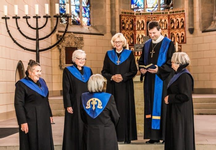 Mechthild von Veltheim (Mitte) und die Mitglieder des Konvents mit Pfarrer Christoph Holstein in der Klosterkirche St. Marienberg in Helmstedt: Foto: Konvent St. Marienberg.
