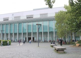 """Eingang zur Theaterpassage der """"Schloss-Arkaden"""". Foto: Der Löwe"""