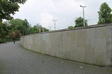 Betonmauer statt ursprünglich geplanter Treppenanlage Georg-Eckert-Straße. Foto: Der Löwe