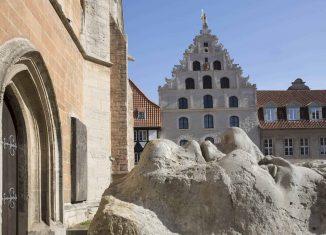 Die Restaurierung des Westgiebels des Gewandhauses und des Platzes an der Martinikirche war das erste Projekt nach den Vorzeichen des Denkmalvertrags. Foto: Peter Sierigk