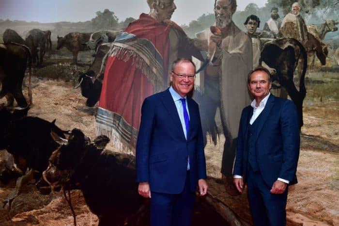 Foto 1: Ministerpräsident Stephan Weil und Oberbürgermeister Ulrich Markurth (rechts) besuchten die Ausstellung im Landesmuseum. Foto: SBK/Andreas Greiner-Napp