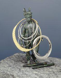 Schatzfund aus Beelen, bestehend aus einer Merkurstatuette, Orakelstäbchen und Bronzezylinder, Schatzfund von Beelen, 5. Jh. Foto: LWL-Archäologie für Westfalen/S. Brentführer