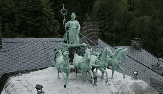 So stand die Seesener Quadriga bis März 2018 auf dem Dach der Villa Züchner. Foto: privat