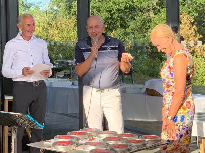 """Dietmar Erler und Erika Borek freuten sich über die zusätzliche Spende der """"Harzer"""", übergeben von Stefan Ziemann (Mitte). Foto: Hospiz Stiftung für Braunschweig"""
