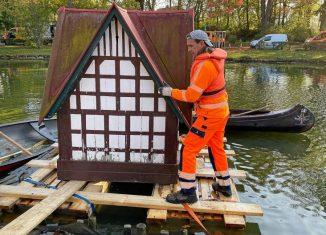 Das Entenhaus am Wolfenbütteler Stadtgraben wird zur Reparatur abtransportiert. Foto: Stadt Wolfenbüttel