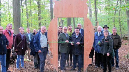 Hubertus Heil durchschnitt zusammen mit Dr. Klaus Merker, Präsident der Niedersächsischen Landesforsten, das grüne Band zur Wiedereröffnung des Walderlebnispfads im Zweidorfer Holz. Foto: Bettina Stenftenagel