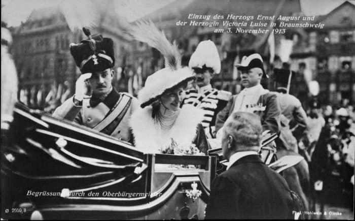 Ernst August und Victoria Luise werden bei ihrer Ankunft in Braunschweig von Braunschweigs Oberbürgermeister Hugo Retemeyer begrüßt. Foto: Stadtarchiv