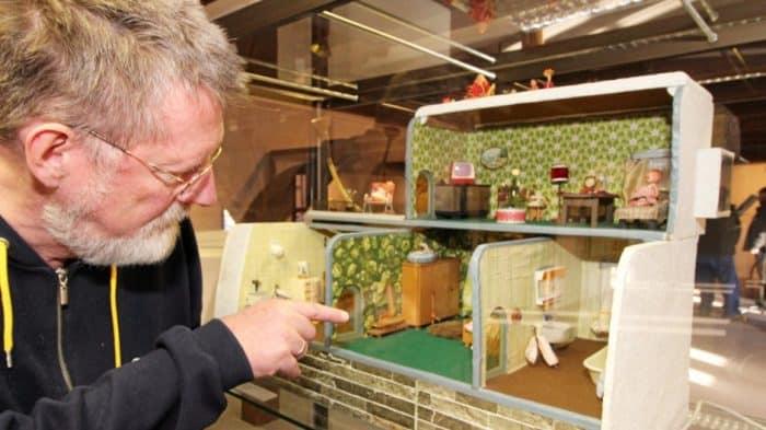 Museumsleiter Dr. Broder-Heinrich Christiansen zeigt die älteste Puppenstube. Sie wurde zirka 1860 gebaut und kommt aus Salzgitter-Bad. Foto: Yvonne Weber