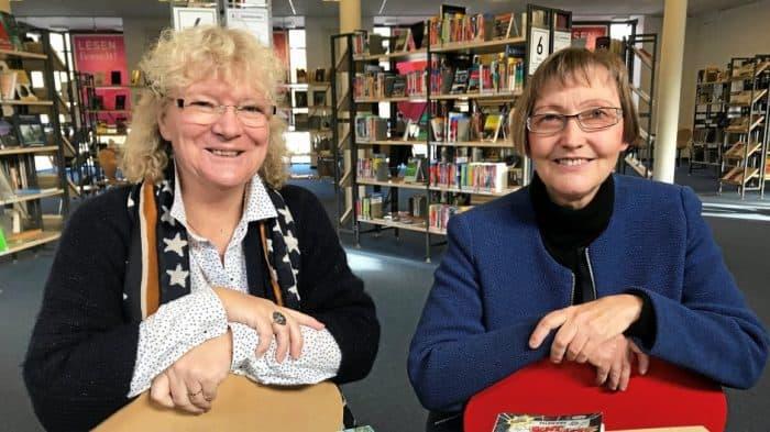 Regina Ernst (links) und Ille Schneider verantworten im kommenden Jahr gemeinsam die Kinder- und Jugendbuchwoche. An ihrer Seite: ein engagiertes Team von Ehrenamtlichen. Foto: Maria Osburg