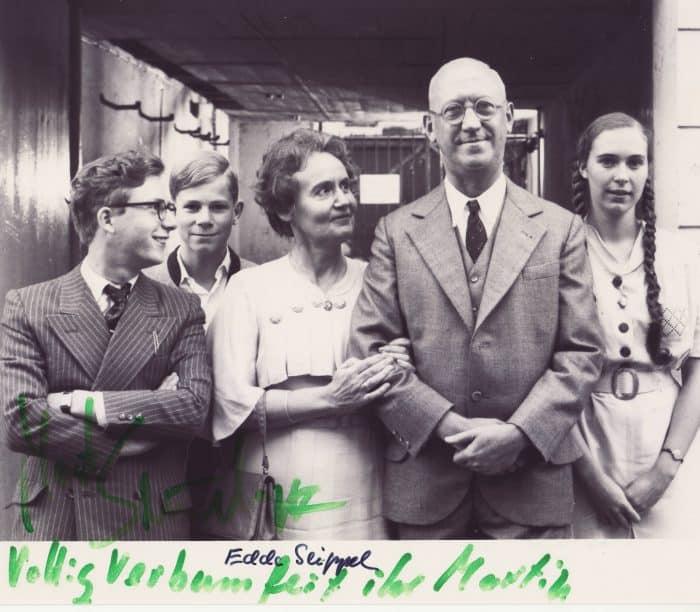"""Autogrammkarte """"Tadellöser und Wolff"""" mit Unterschriften von Martin Semmelrogge (links) und Edda Seippel. Foto: Archiv Roffmann"""