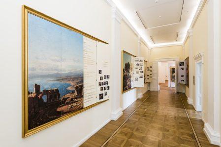 Bildtafeln im Galerieflur offenbaren Informationen über Stammbäume, Residenzen und Grabstätten der Welfen. Foto: Schlossmuseum / M. Küstner